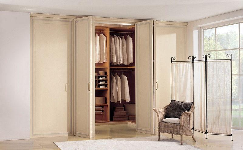 встроенный шкаф гармошки со складными дверями фото